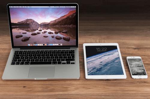 Crossmedia-Marketing mit Laptop, Handy und Tablet