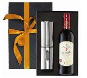 Weihnachts-Geschenkbox mit Wein und Pfeffermühle
